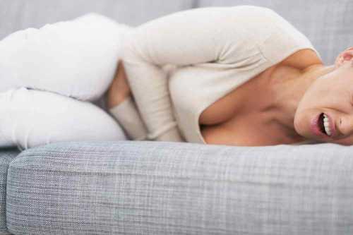 Процесс проявляет себя вместе с повышением температуры и возникновением болевых ощущений в нижней части живота