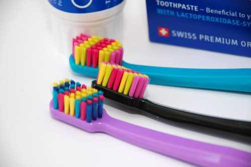 Чистить зубы обыкновенной щеткой в