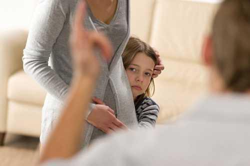 Сделать из дочери жертву могут и сами родители, которые воспитывают ее методом угнетения, критики и унижения, или вообще не занимаются ребенком, вызывая в нем чувство ненужности