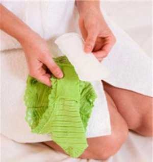 В оболочке фолликула есть маленькие сосудики, именно их повреждение приводит к кровотечению, которое в норме быстро прекращается