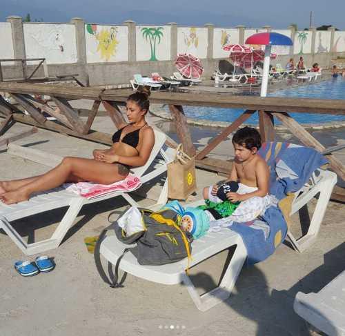 Муж Чеховой развлекался с незнакомкой в бассейне
