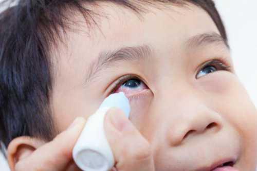 Обусловлено это ростом и расширением носослезных протоков, плёнка растягивается и самостоятельно разрывается, и проблема непроходимости слёзного канала пропадает