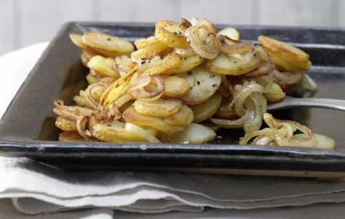 В отдельной посуде смешайте соль, чеснок через чесночницу, рубленую зелень и растительное масло