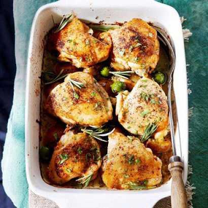 Внутрь курицы вложите дольки лимона, чеснок и базилик