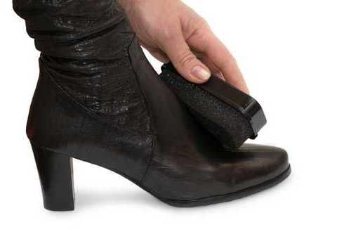 Имейте в виду, что лакированную обувь нельзя тереть щеткой, иначе лак покрытие можно поцарапать или даже содрать