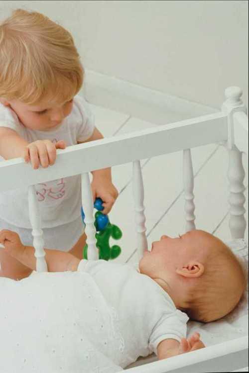 Некоторые мамы рекомендуют подарить старшей дочке большую куклу