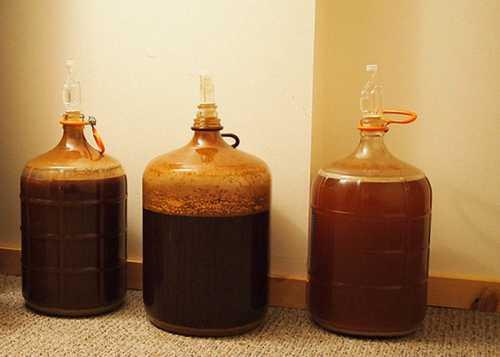 Затем добавляют сахар на каждый литр жидкости берут две ложки или сахарный сироп, бутылки закупоривают, встряхивают и ставят в холодное место на две недели для брожения и дозревания