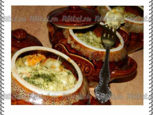 Чтобы приготовить такое блюдо, слегка провариваем пельмени в воде со специями и веточками зелени, обжариваем лук и грибы