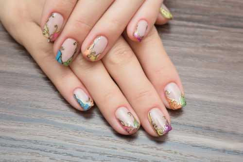 С помощью дотса можно создать яркийдизайн ногтейне только на длинных, но ина коротких и очень коротких ногтях