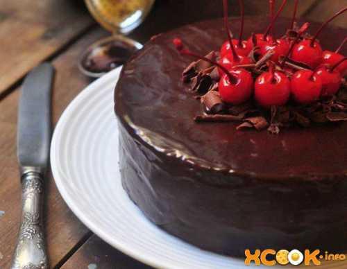 Взбить сметану с пудрой, добавить вынутую из маринада ягоду, раскрошенный бисквитный мякиш и основательно перемешать