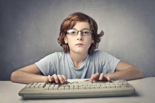Опасные сигналы того, что ваш мужчина зависим от компьютера у него повышается настроение после того, как он поиграл в игру или посидел в