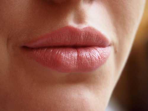 Но не спешите его сразу выплевывать подержите жидкость во рту хотя бы секунд, тогда его действие будет более выраженным