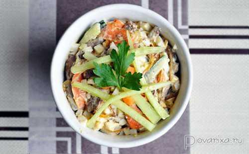 Читайте как приготовить интересный салат с ананасом в нашей статье