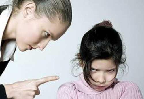 При кормлении ребенка подкладывайте салфетку, и хвалите малыша за стремление воспользоваться ею